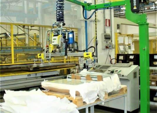 Scaglia INDEVA se svými průmyslovými manipulátory zvyšuje ergonomii a produktivitu v rámci zpracovatelských cyklů, zejména díky charakteristikám samočinného vyvážení a citlivosti, které umožňují manipulaci s panely a skly v naprosté bezpečnosti.