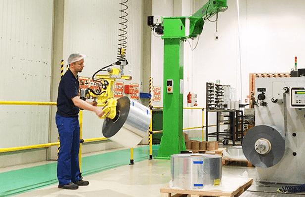 Průmyslové manipulátory pro manipulaci s výrobky různých velikostí v celkové ergonomii a bezpečnosti