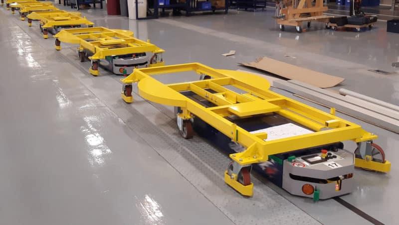 AGV si může vybrat mezi jednou balicí stanicí nebo jinou v závislosti na typu přepravovaného stroje.