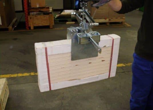 Manipulace s nepohodlnými předměty, jako jsou dlaždice, je silným bodem systémů INDEVA Liftronic, které se díky své všestrannosti a možnosti výměny nástrojů pro uchycení přizpůsobí situaci a cyklu zpracování.