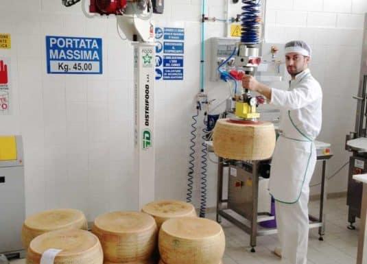 INDEVA Liftronic je ideálním řešením pro manipulaci se sýrem, automaticky detekuje a vyvažuje hmotnost, bez jakéhokoliv přednastavení zátěže.