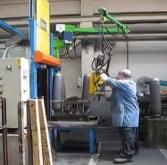 Manipulation de bouteilles de gaz avec manipulateur Liftronic et prise magnétique en toute ergonomie et securité dans une entreprise.